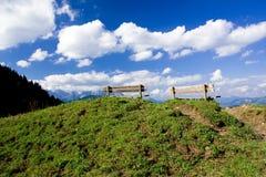 Twee banken bovenop een heuvel Royalty-vrije Stock Foto