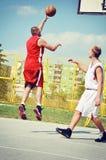 Twee basketbalspelers op het hof stock afbeeldingen