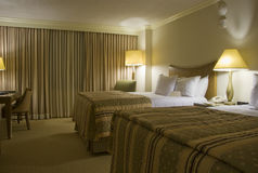 Twee beddenslaapkamer met drie lampen Royalty-vrije Stock Afbeelding