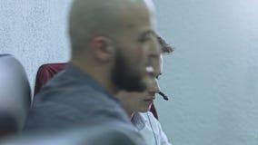 Twee bedrijfsarbeiders die in bureau en het planningswerk bespreken stock video