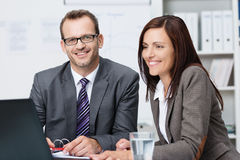 Twee bedrijfscollega's die een bespreking hebben Stock Foto's