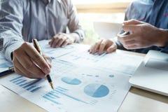 Twee Bedrijfsmens of accountant die Financiële investering, wri werken royalty-vrije stock foto