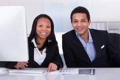 Twee Bedrijfsmensen in Bureau Stock Afbeelding