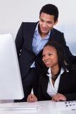 Twee BedrijfsMensen in Bureau Royalty-vrije Stock Afbeeldingen