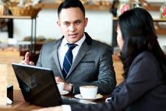 Twee bedrijfsmensen die bij koffiewinkel samenkomen Stock Fotografie
