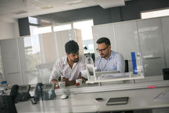 Twee bedrijfsmensen die in bureau werken Stock Foto