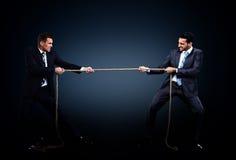 Twee bedrijfsmensen die kabel in de concurrentie trekken Royalty-vrije Stock Afbeeldingen