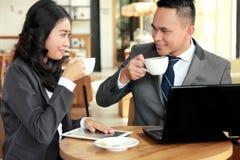 Twee bedrijfsmensen die tijdens koffiepauze bij koffiewinkel samenkomen Stock Fotografie