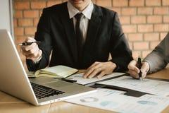 Twee bedrijfsmensen het spreken en analyse over het bedrijf van de financiënbegroting in bureauruimte royalty-vrije stock foto