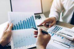 Twee bedrijfsmensen het spreken en analyse over het bedrijf van de financiënbegroting in bureauruimte royalty-vrije stock afbeeldingen