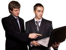 Twee bedrijfsmensen kijken in een computer Stock Foto's