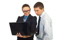 Twee bedrijfsmensen met laptop stock foto's