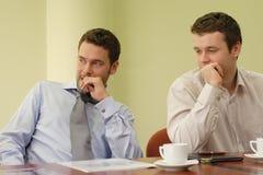Twee bedrijfsmensen op vergadering royalty-vrije stock fotografie