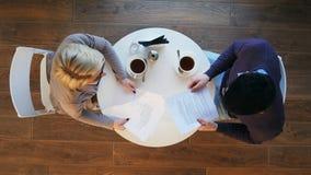 Twee bedrijfsmensen tijdens het werkvergadering in moderne koffie Stock Afbeelding