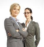 Twee bedrijfsvrouw die zeker kijkt Stock Afbeeldingen