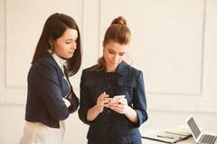 Twee bedrijfsvrouw met smartphone Royalty-vrije Stock Fotografie