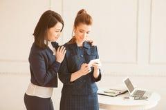 Twee bedrijfsvrouw met smartphone Stock Foto's