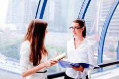 Twee bedrijfsvrouwen Stock Afbeelding