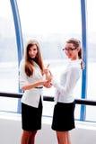 Twee bedrijfsvrouwen Stock Fotografie