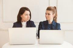 Twee bedrijfsvrouwen die elkaar kijken Stock Foto's