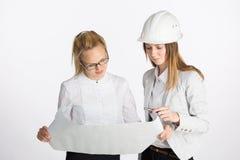 Twee bedrijfsvrouwen die en document spreken ondertekenen Stock Afbeeldingen