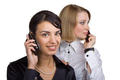 Twee bedrijfsvrouwen die op mobiele telefoon spreken stock fotografie
