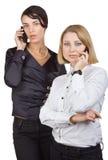 Twee bedrijfsvrouwen die op mobiele telefoon spreken Royalty-vrije Stock Foto