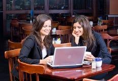 Twee bedrijfsvrouwen in koffie royalty-vrije stock fotografie