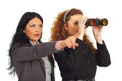 Twee bedrijfsvrouwen met binoculair Royalty-vrije Stock Afbeeldingen