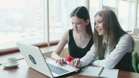Twee bedrijfsvrouwenbespreking over het werk in koffie stock video