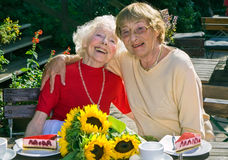 Twee bejaarde dames die van hun pensionering genieten royalty-vrije stock fotografie