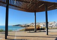 Twee bejaarde toeristen die op een bank in Albufeira, stranden zitten van Algarve, zuiden van Portugal royalty-vrije stock afbeeldingen