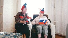 Twee bejaarden die in Russische toebehorentv letten op stock footage