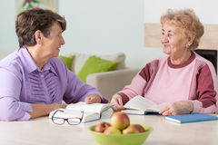 Twee bejaarden het lezen royalty-vrije stock afbeeldingen