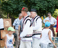 Twee bejaarden lopen in nationaal kostuum Stock Afbeelding