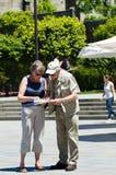 Twee bejaarden raadplegen een kaart Royalty-vrije Stock Fotografie