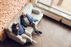 Twee bejaarden rusten op de laag na therapeutische gymnastiek stock afbeelding