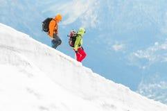 Twee bergbeklimmers op stijging Stock Foto's