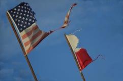 Twee beschadigde vlaggen. Royalty-vrije Stock Foto's
