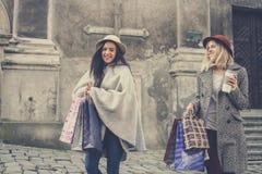 Twee beste vrienden die op de straat lopen Royalty-vrije Stock Afbeeldingen