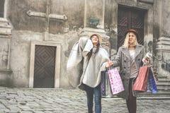 Twee beste vrienden die op de straat lopen Stock Foto's