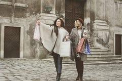 Twee beste vrienden die op de straat lopen Het jonge vrouwelijke beste frien Royalty-vrije Stock Fotografie