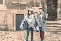 Twee beste vrienden die op de straat lopen Het jonge vrouwelijke beste frien Stock Foto's