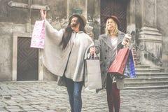 Twee beste vrienden die op de straat lopen Het jonge vrouwelijke beste frien Royalty-vrije Stock Foto's