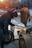 Twee bestuurders die na auto debatteren verpletteren op stadsstraat royalty-vrije stock fotografie
