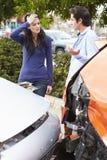 Twee Bestuurders die Schade na Verkeersongeval inspecteren stock afbeeldingen