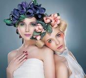 Twee bevallige nimfen - mooie brunette en blonde Stock Fotografie