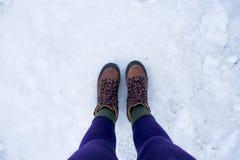 Twee bevindende voet op de sneeuw ijzige grond Royalty-vrije Stock Fotografie