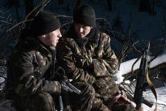 Twee bewapende militaire mensen. Stock Foto