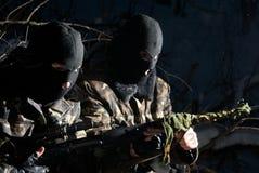 Twee bewapende militaire mensen. Royalty-vrije Stock Fotografie